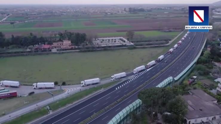 Konwój 57 ciężarówek przewiózł szpital zakaźny we Włoszech [WIDEO]