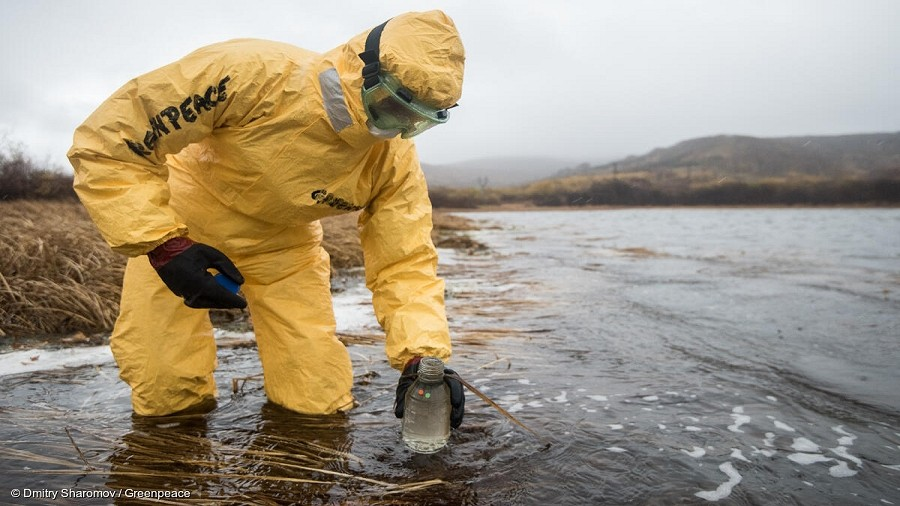 Ekolog z Greenpeace pobiera próbki wody do badań na Kamczatce. Fot. Dmitry Sharomov / Greenpace Russia.