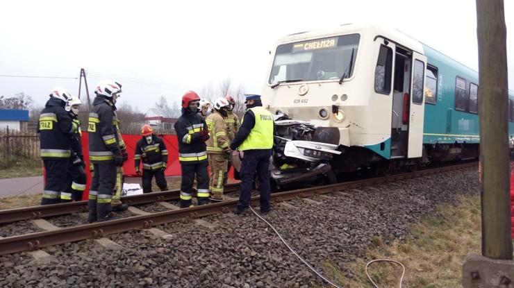 Zderzenie samochodu z pociągiem w Łysomicach. Kierowca nie żyje