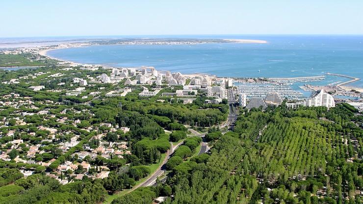 Francuzi dzielą nadmorską plażę, by ratować wakacje. Miejsce trzeba rezerwować w sieci
