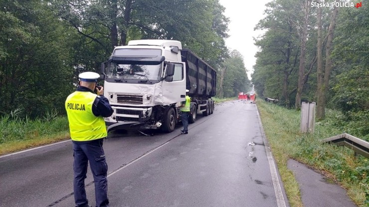 Czołowe zderzenie busa i ciężarówki. Zginęły dwie osoby