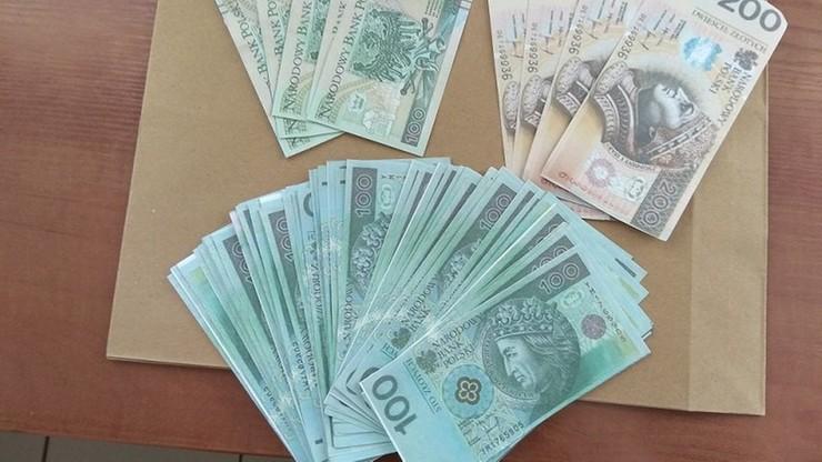 By ukryć kradzież, podkładał podrobione banknoty. Robił tak od kilku lat