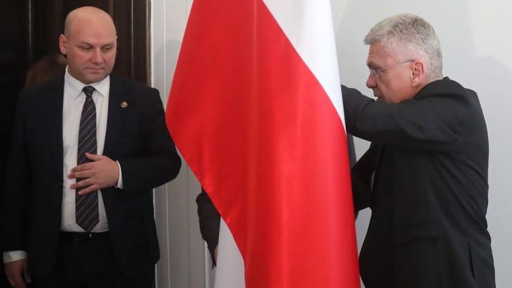 """Stanisław Karczewski zmienia miejsce konferencji. """"Przepraszam, ale jesteśmy obok ubikacji"""""""