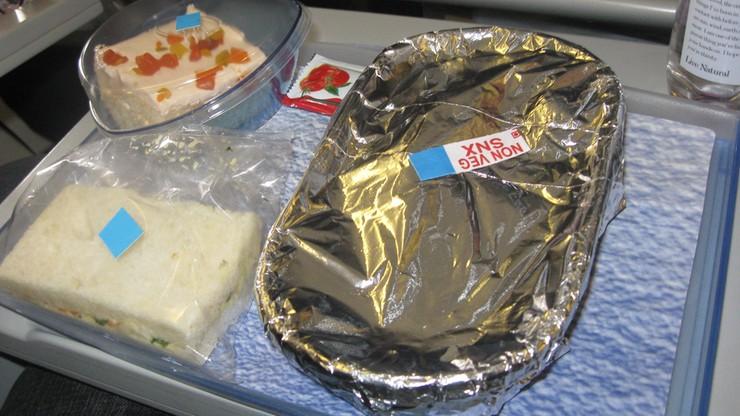 Linie KLM: możliwe, że pasażerom podczas lotów podano skażone jedzenie