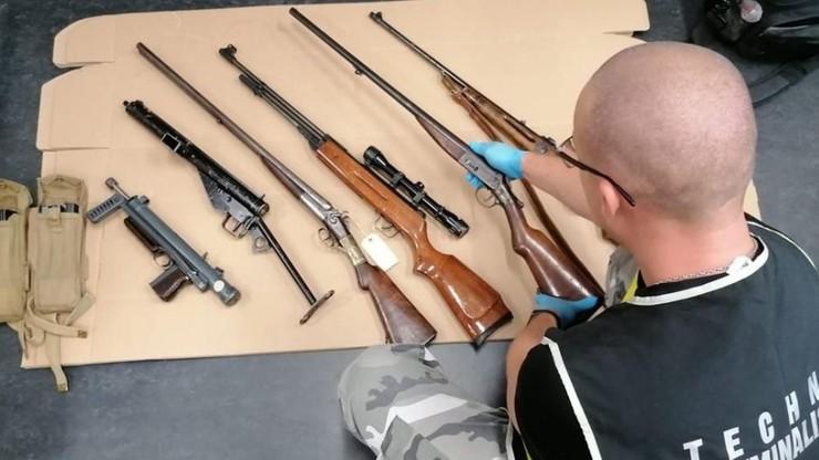 Nielegalny arsenał w domu 61-latka. Karabiny, granaty, materiały wybuchowe