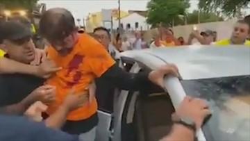 Wsiadł do koparki, próbował rozpędzić protestujących policjantów. Senator postrzelony