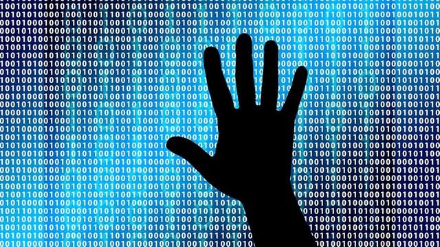 Hakerzy TERRORYZUJĄ rząd! Władze nie potrafią odzyskać danych, wróciły do telefonów i FAKSU
