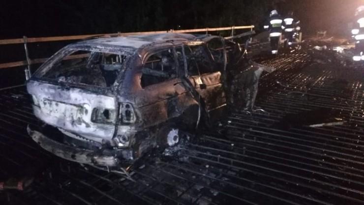 Kierowca spłonął w rozbitym samochodzie. Tragiczny wypadek na moście