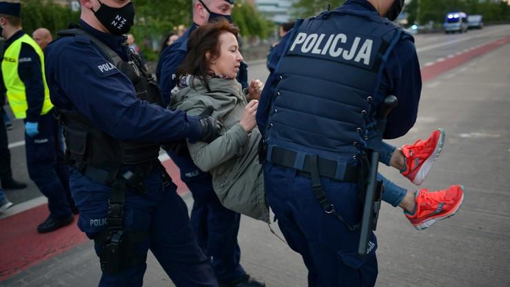 """Zatrzymania po proteście przedsiębiorców. """"Policjantka kopnięta w brzuch, bandyckie zachowanie"""""""