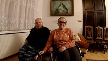 Seniorzy na wózkach inwalidzkich. Po podwyżce nie stać ich na opiekunkę