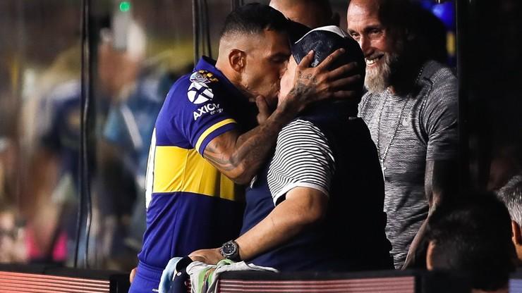 Niecodzienna sytuacja w Argentynie! Tevez pocałował Maradonę w... usta i wygrał mistrzostwo (WIDEO)