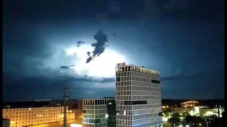 Nadchodzą silne burze z gradem. Ostrzeżenie dla dziesięciu województw - Polsat News
