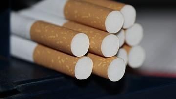 Ogromna ilość nielegalnych papierosów na prywatnej posesji. Mężczyzna w schowku pod schodami