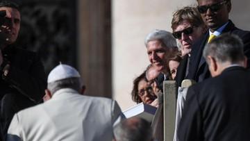 Hollywoodzki gwiazdor wśród tłumu na placu Świętego Piotra. Podszedł do niego papież