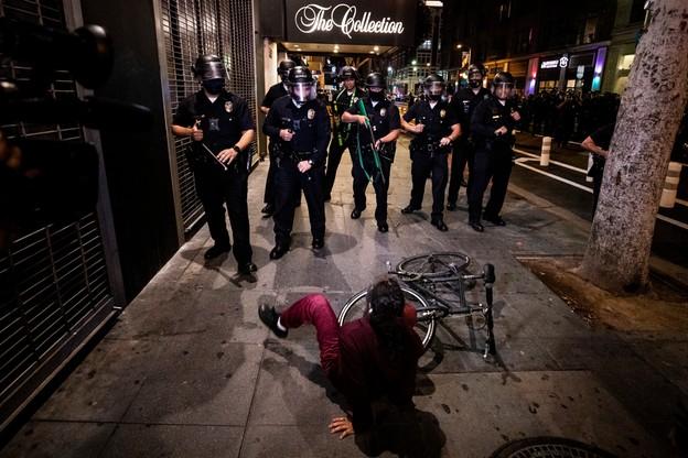 Kobieta spada z roweru przed blokadą policji
