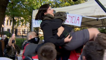 """""""Wygraliśmy"""". Kaja Godek w rękach działaczy pro-life. Tak zareagowali na wyrok ws. aborcji"""