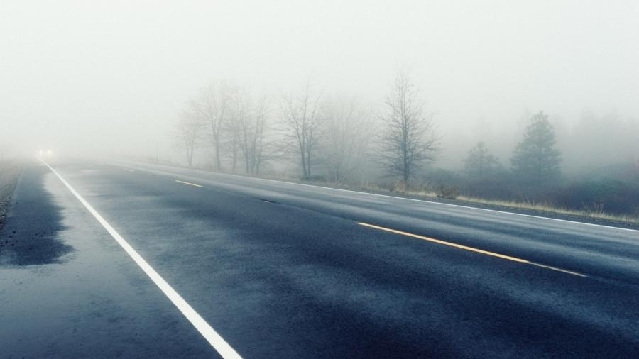 22-10-2019 07:00 Kierowcy, noga z gazu! Przez mgłę i smog nie widać dalej niż na 50 metrów. Możliwe karambole
