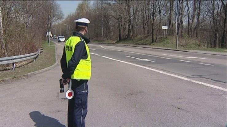 Nowe przepisy ws. kontroli ruchu drogowego. Policjant sprawdzi samochód i spisze przebieg