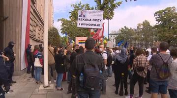 """""""Żądamy edukacji, a nie indoktrynacji"""". Protest przed siedzibą MEN"""