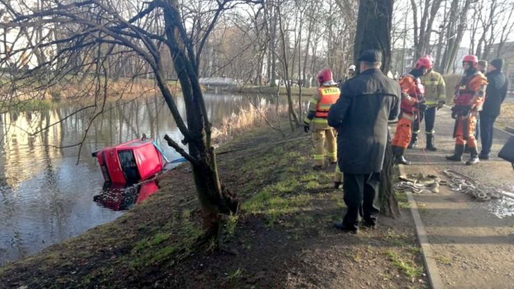 Mińsk Mazowiecki: źle zaparkowany samochód stoczył się do stawu [ZDJĘCIA]