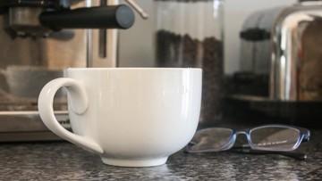 Kawiarnie tracą klientów. Polacy parzą kawę w domu