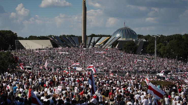 Ponad 100 tys. ludzi na marszu wolności w Mińsku. Domagają się zmiany władzy