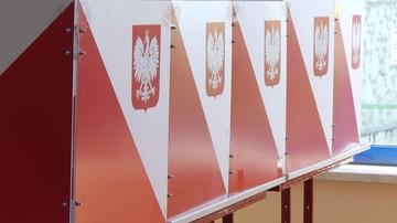 Sprzątanie po wyborach w Małopolsce. Z banerów mają powstać plecaki i torby