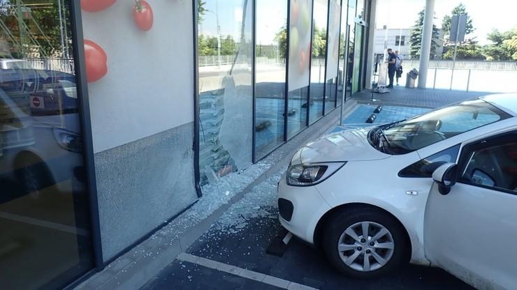 Pomylił gaz z hamulcem. 79-latek wjechał autem do sklepu