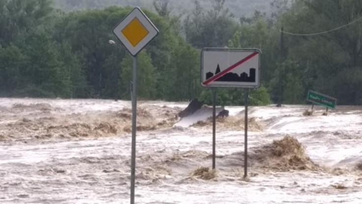 """Dramatyczna sytuacja na Podkarpaciu. Powódź, zerwany most, """"płynące"""" auta [WIDEO]"""