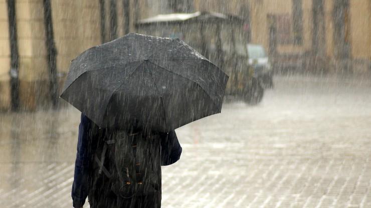 RCB i IMGW ostrzega przed silnym deszczem z burzami