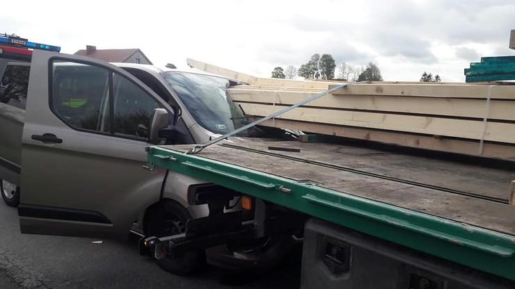 Kierowca forda przeżył, trafił do szpitala z obrażeniami głowy