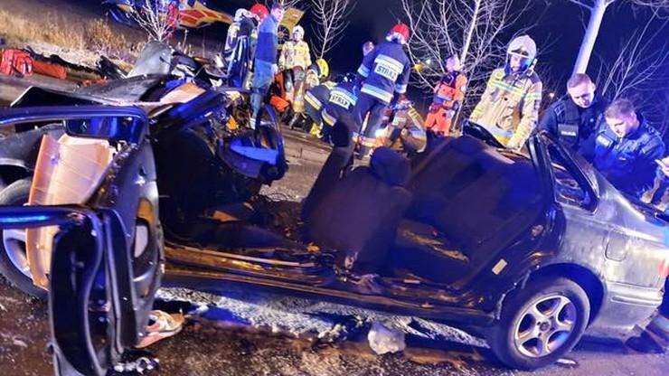 Samochód roztrzaskał się na słupie. Pasażer był poszukiwany przez policję