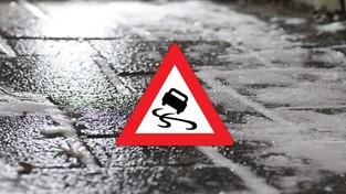 26.01.2020 10:00 Ślizgawica na drogach i chodnikach doprowadza do serii wypadków. Skąd się bierze to zjawisko?