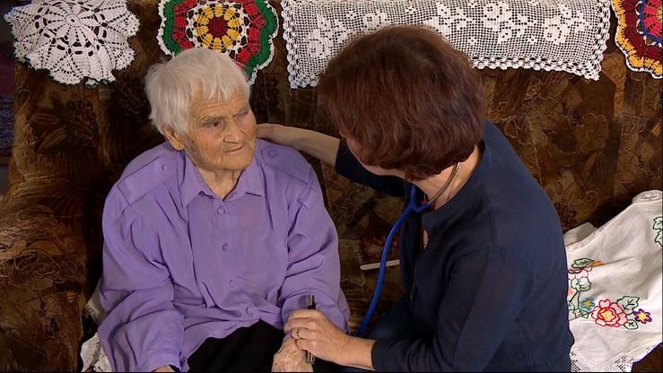 Nadzieja Jarmolit ma 98 lat. Mieszka sama w domu na Podlasiu