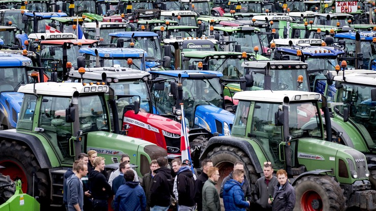 Wielki protest rolników w Holandii. Konwoje traktorów paraliżują miasta
