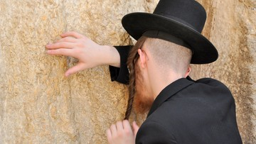 Atak na rabina. Kobieta kopnęła go w nogę i zerwała jarmułkę