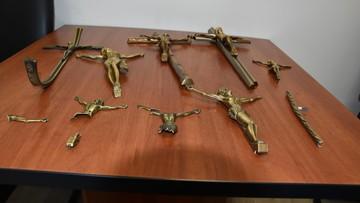 Sprawcy dewastacji grobów zatrzymani. Jeden z nich kradł krzyże