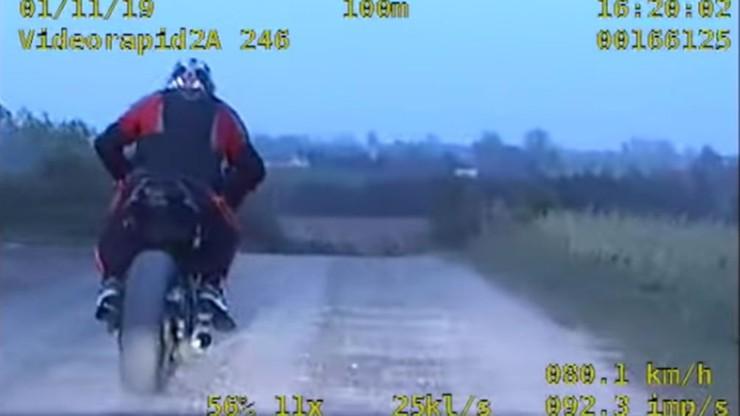 """Uciekał motocyklem przed grupą """"Speed"""". Rozbił się o bramę garażu [WIDEO]"""