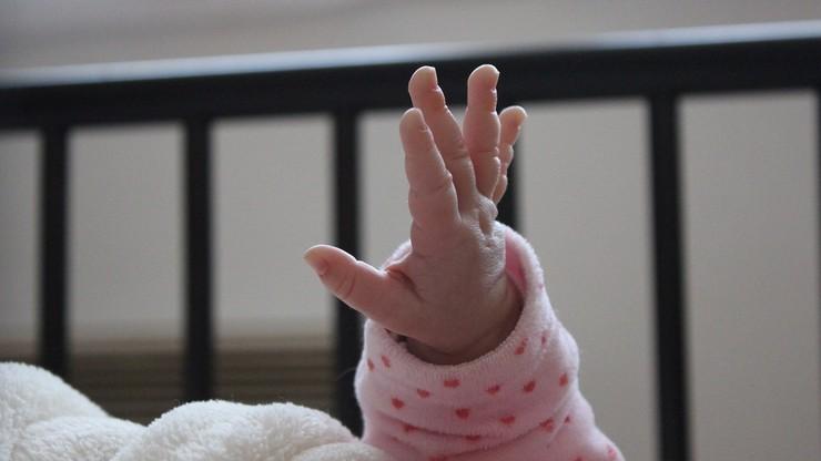 Katowali niemowlę tak, że mogło umrzeć. Przy innych dzieciach zażywali narkotyki