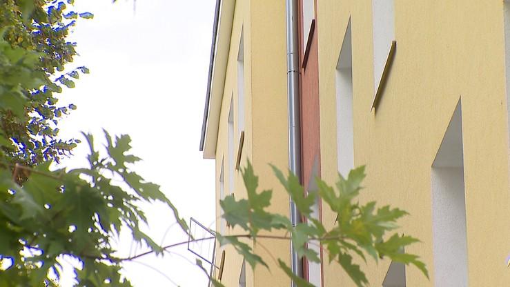 14-miesięczna dziewczynka wypadła z okna w Koninie. Zmarła w szpitalu