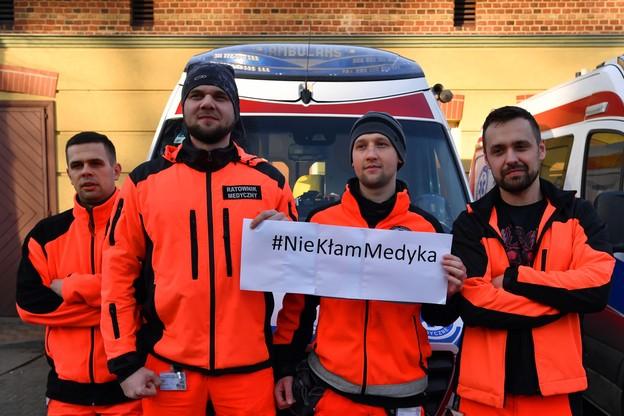 Ratownicy medyczni ze Szczecina podczas akcji #NIEKLAMMEDYKA