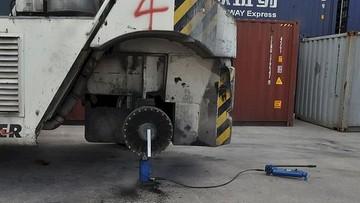 Zerwane koło trafiło mechanika. Tragiczny wypadek przy pracy