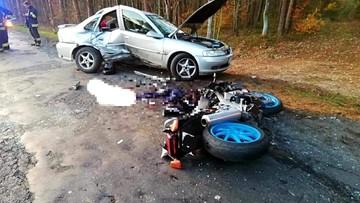 """Motocykl """"wbił się"""" w samochód. Tragiczny wypadek na Dolnym Śląsku"""