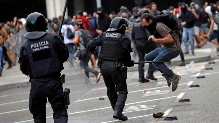 Policja rozpędziła demonstrację w obronie katalońskich liderów