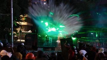 Protestujący w Chile walczą z policją laserami