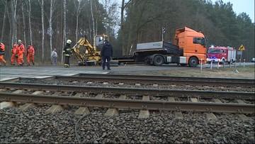 Ciężarówka staranowała szlabany i wjechała pod pociąg. Są ranni