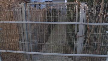 Płot blokuje wyjście z osiedla. Mieszkańcy posmarowali go łojem, żeby nikt się nie przecisnął