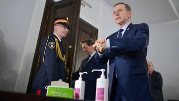 Pojemniki do dezynfekcji rąk i maseczki w Senacie. Polecenie Grodzkiego