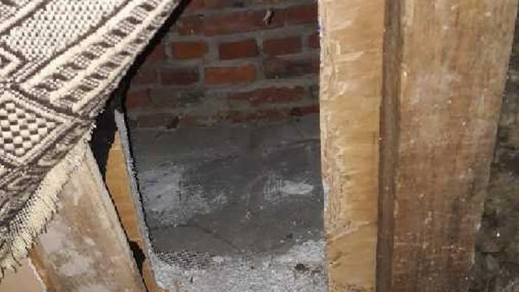 Schował się przed policjantami w dziurze w ścianie