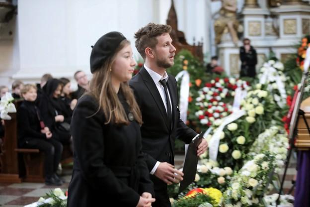 Dzieci Pawła Królikowskiego - Julia oraz Antoni podczas uroczystości pogrzebowych
